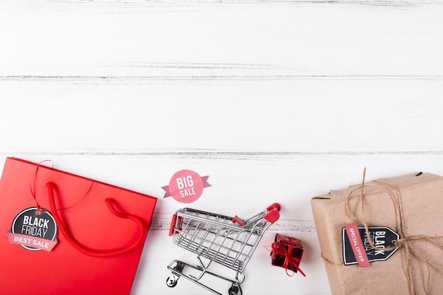 Vista superior viernes negro regalos y carrito de compras