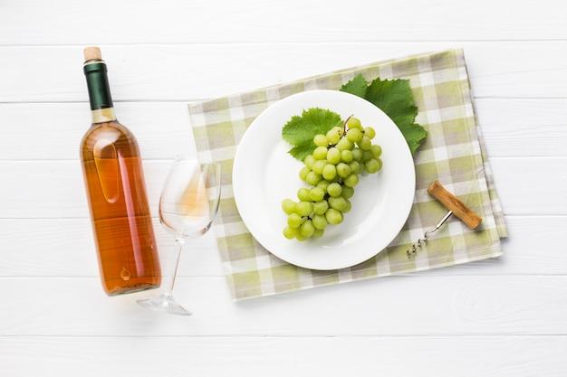 Vista superior de vino blanco en mesa de madera.