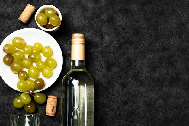 Vista superior vino blanco con uvas
