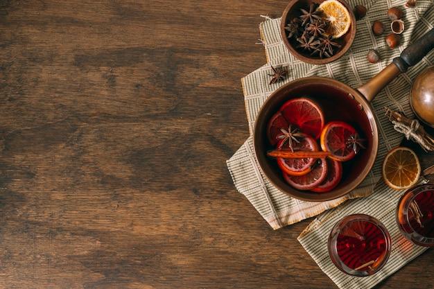 Vista superior de vino caliente con espacio de copia