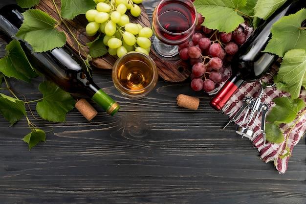 Vista superior vino con racimos de uva