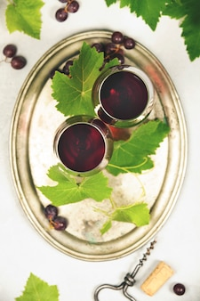 Vista superior de vino y uvas
