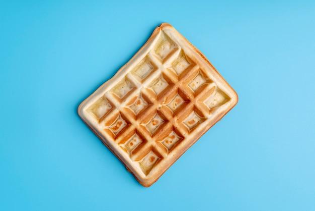 Vista superior de waffle sobre fondo azul