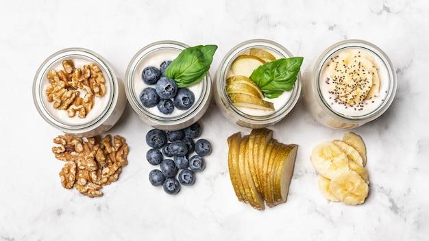 Vista superior de yogurt con frutas y nueces