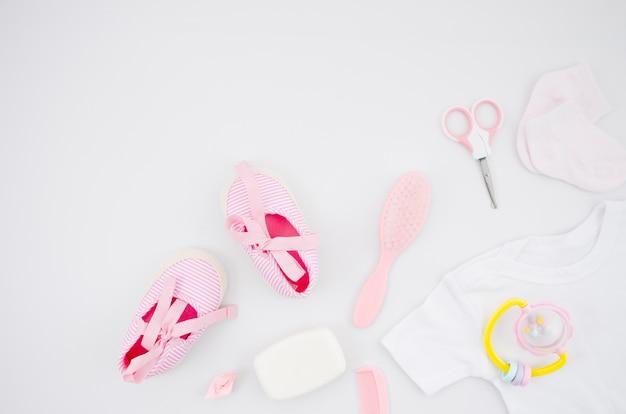 Vista superior de zapatos de bebé con accesorios de baño