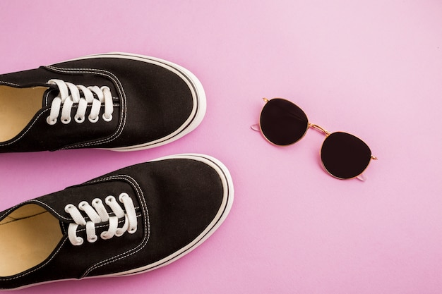 Vista superior zapatos y gafas de sol