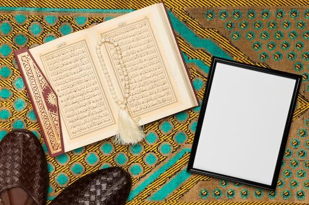 Vista superior de zapatos y libro sagrado al lado del marco