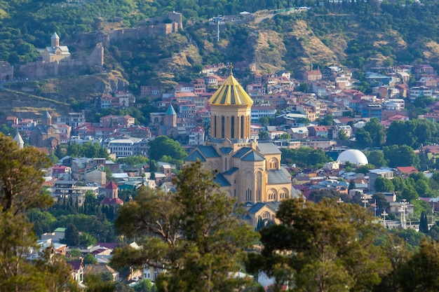 Vista de tbilisi con sameba, trinity church y otros hitos, viajes