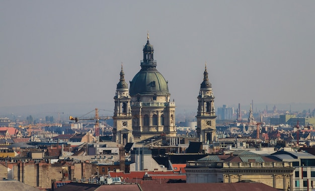 Vista de los tejados del casco histórico de san esteban en budapest hungría