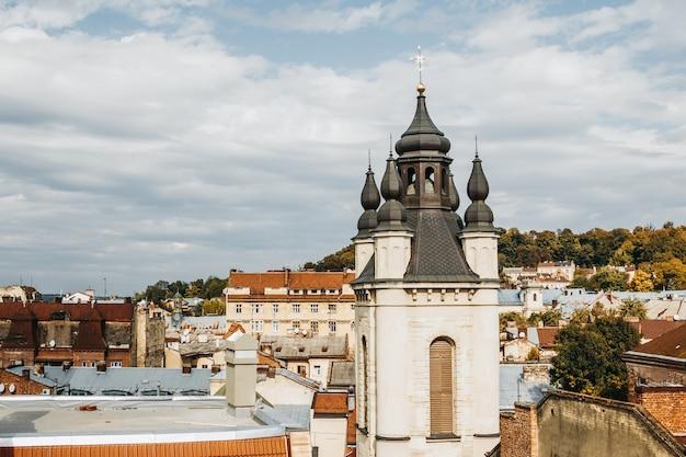 Vista de los tejados de lviv en el barrio armenio.