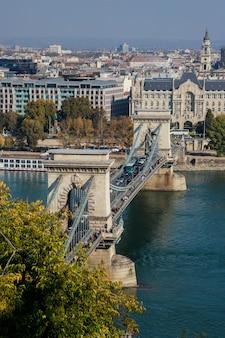 Vista de los tejados del puente secheni de la cadena de la torre del casco histórico de budapest del pescador hungría desde una altura.