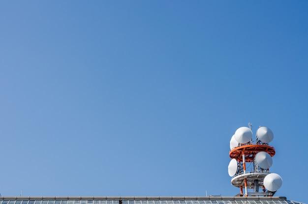 La vista de las telecomunicaciones y el cielo azul.