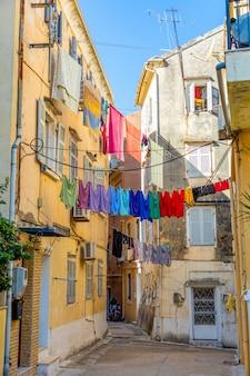 Vista de la típica calle estrecha de un casco antiguo de corfú, grecia