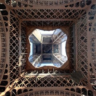 Vista de la torre eiffel desde abajo, parís, francia