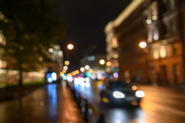 Vista del tráfico en la calle de la ciudad borrosa fondo bokeh, noche