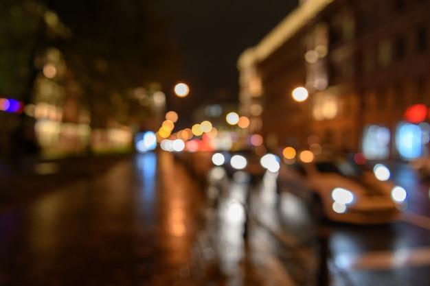 Vista del tráfico en la calle de la ciudad, fondo borroneado