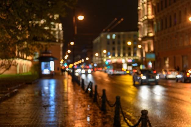 Vista del tráfico en la calle de la ciudad, paisaje nocturno, bokeh borroneado backgr