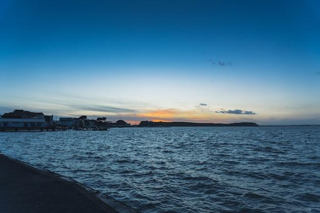 Vista del tranquilo mar azul temprano en la mañana