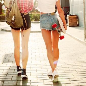 Vista trasera de adolescentes caminando por la calle