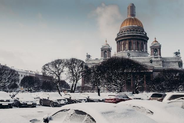 Vista trasera de la catedral de san isaac durante el clima invernal, cubierta de nieve