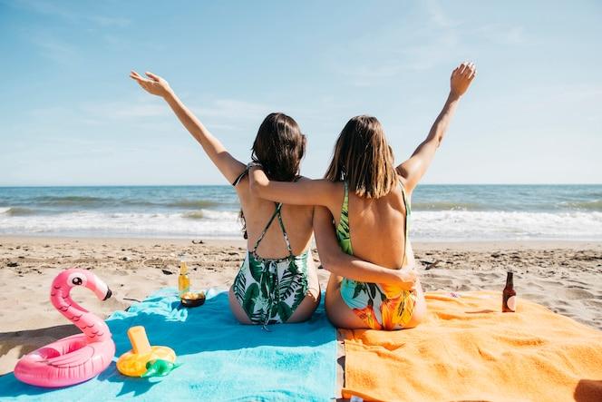 Vista trasera de chicas en la playa