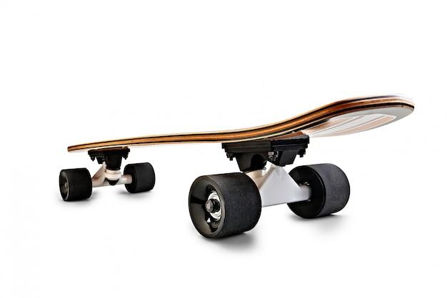 Vista trasera dinámica de una tabla de skate negra y de madera aislada