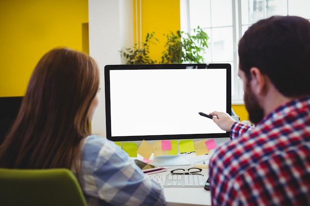 Vista trasera de empresarios con computadora