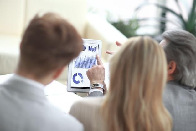 Vista trasera. equipo de negocios analiza datos financieros