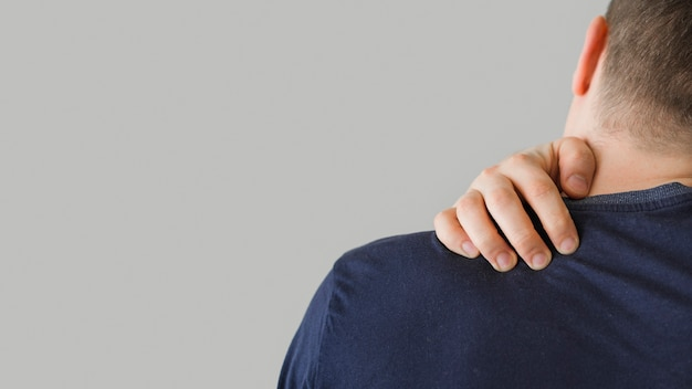 Vista trasera hombre con dolor de cuello