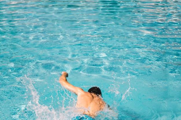 Vista trasera de hombre nadando