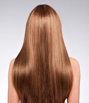 Vista trasera de la mujer con cabello largo - estudio