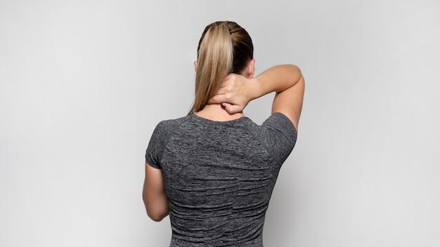 Vista trasera, de, mujer, con, dolor de espalda