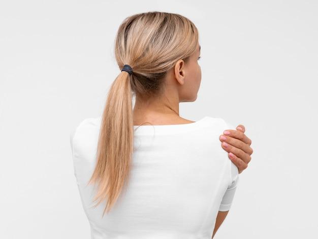 Vista trasera, de, mujer, con, dolor de hombro