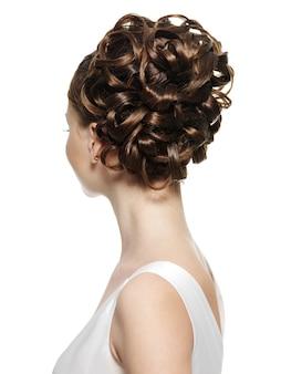 Vista trasera de la mujer con hermoso peinado en blanco