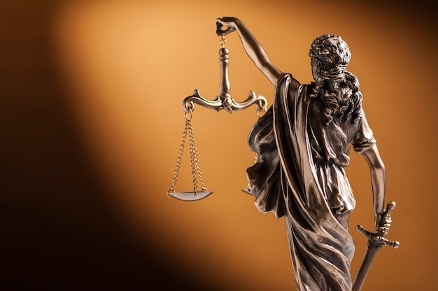 Vista trasera de una pequeña estatua de lady justice