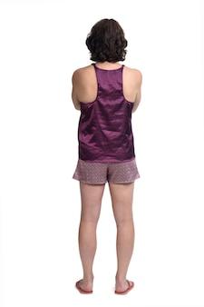 Vista trasera del pijama corto de verano sobre fondo blanco, con los brazos cruzados