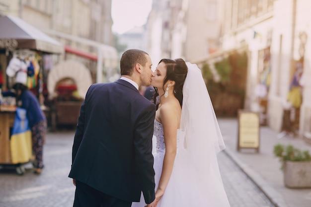 Vista trasera de recién casados dandose un beso