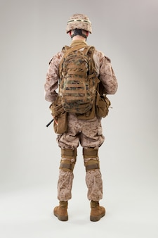 Vista trasera del soldado militar del ejército de los ee. uu. operador de infantería de marina studio shot retrato