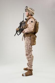 Vista trasera del soldado militar operador de infantería de marina del ejército estadounidense
