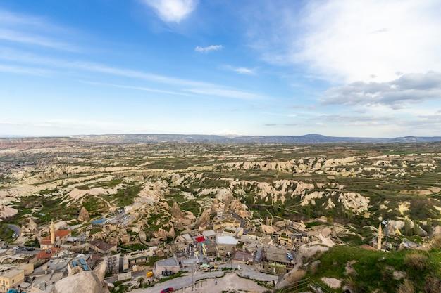 Una vista a través de la región de capadocia de turquía desde el castillo de uchisar en la cima de la pequeña ciudad de turquía.
