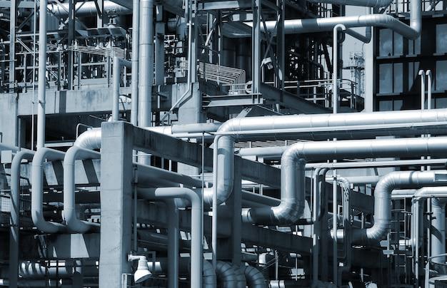 Vista de tuberías y torres de refinería de petróleo y gas