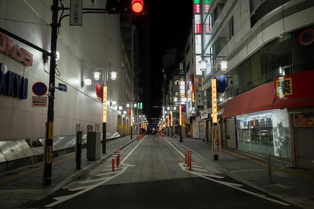 Vista urbana con calle estrecha por la noche.