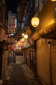 Vista urbana calle vacía con luces.