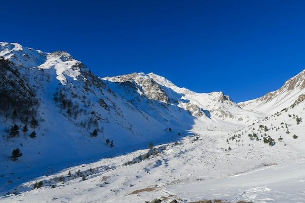 Vista del valle de la garganta de syltran. montañas del cáucaso. rusia