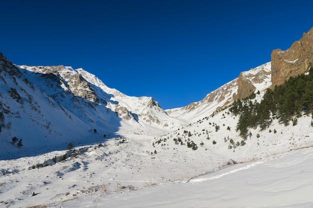 Vista del valle nevado de syltran. montañas del cáucaso. rusia
