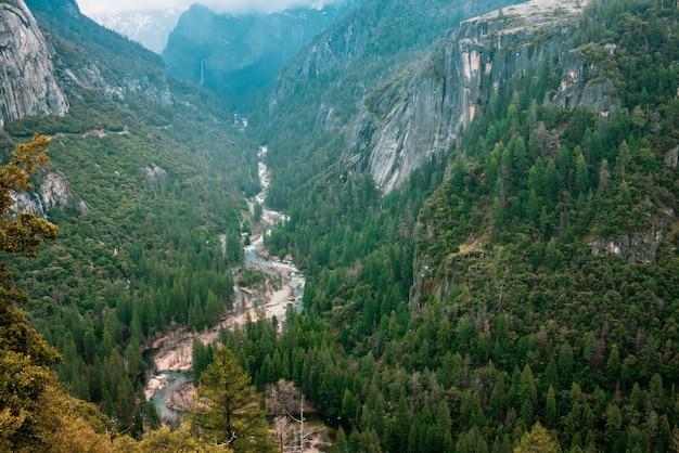 Vista del valle de yosemite en día de verano.