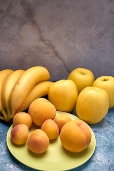 Vista de varias frutas amarillas y anaranjadas maduras