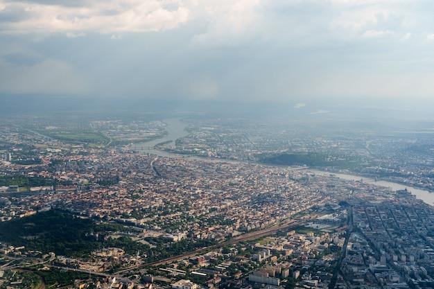 Vista desde la ventanilla del avión del río danubio que divide a budapest en dos partes
