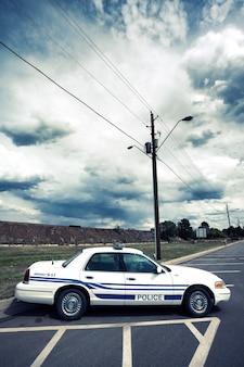 Vista vertical del coche de policía con procesamiento fotográfico especial