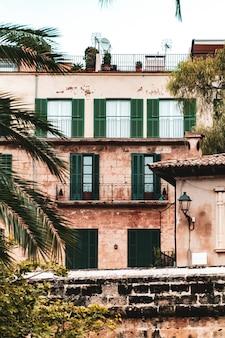 Vista vertical de un edificio residencial con ventanas y balcones